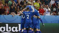 Fotbalsité Islandu se radují z gólu proti Anglii.