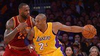 LeBron James z Clevelandu (vlevo) brání v posledním vzájemném zápase Kobeho Bryanta z LA Lakers.