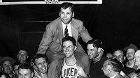 Kouč John Kundla se svými svěřenci z Minneapolis Lakers na snímku z roku 1952.