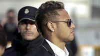 Brazilec Neymar odchází od soudu v Madridu.