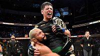 Přátelské gesto od Deivesona Figueireda! Brandon Moreno získal na turnaji UFC 263 mistrovský pás