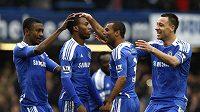 Fotbalisté Chelsea gratulují Danielu Sturridgovi (druhý zleva) k brance.