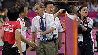Hlavní rozhodčí Torsten Berg (uprostřed) napomíná indonéskou badmintonistku Greysii Poliiovou za pasivitu.