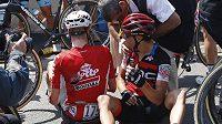 Australan Richie Porte je ošetřován po pádu v nedělní 9. etapě Tour de Frannce. Vlevo Belgičan Jens Keukeleire.
