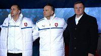 Český trenér Pavel Vrba (vpravo) a jeho asistenti Karel Krejčí a Zdeněk Svoboda (vlevo) během přátelského utkání s Norskem.