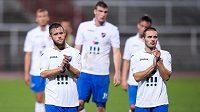 Smutní fotbalisté Baníku Ostrava Václav Ježdík (vlevo) a Karol Mondek po porážce na Dukle.