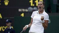 Vítězné gesto Petry Kvitové po výhře nad krajankou Barborou Záhlavovou-Strýcovou ve čtvrtfinále Wimbledonu.