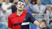Tenista John Isner oslavuje vítězství nad Španělem Robertem Bautistou ve čtvrtfinále turnaje v Miami.