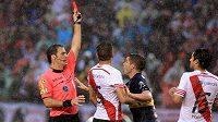 Červená karta v ruce sudího v utkání nejvyšší argentinské soutěže - ilustrační foto.