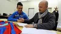 Fotbalový záložník Milan Petržela (vlevo) při podpisu smlouvy s generálním manažerem Plzně Adolfem Šádkem.