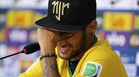 Neymar odpovídá na dotazy novinářů na tiskové konferenci v Teresópolisu.
