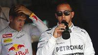Lewis Hamilton získal na Nürburgringu pole position. Vlevo je druhý muž kvalifikace Sebastian Vettel.