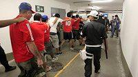 říznivci Chile jsou po svém pokusu proniknout na zápas bez vstupenky vyváděni policií ze stadiónu Maracaná.
