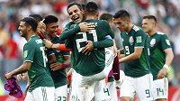 Mexičtí fotbalisté oslavují výhru nad Německem.