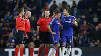 Fotbalisté Chelsea John Terry (vpravo), Cesar Azpilicueta (druhý zprava) a český sudí Pavel Královec (třetí zprava) po úvodním poločase Chelsea - Dynamo Kyjev.