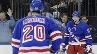 Radost! Filip Chytil (vpravo) se v zápase s Vancouverem raduje z prvního gólu v NHL. Na snímku s ním je spoluhráč z NY Rangers Chris Kreider (20).