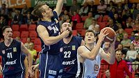 Finále play off basketbalové ligy mužů Nymburk - Děčín. Zprava Petr Banda z Nymburku, Jiří Jelínek a Šimon Ježek z Děčína.