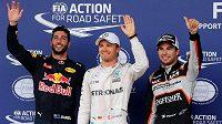 Tři nejúspěšnější jezdci kvalifikace na GP Evropy v Baku - zleva třetí Daniel Ricciardo, vítěz Nico Rosberg a druhý Sergio Pérez.