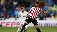 Obránce Realu Madrid Pepe (vlevo) v souboji o balón s Raule Garcíou z Bilbaa.