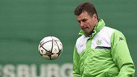 Kouč Wolfsburgu Dieter Hecking na tréninku před prvním semifinále LM s Realem.