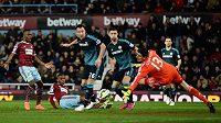 Brankář Chelsea Thibaut Courtois zasahuje po střele Diafry Sakha z West Hamu.
