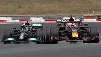 Max Verstappen (vpravo) předjíždí ve Francii Lewise Hamiltona.
