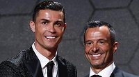 Cristiano Ronaldo a jeho fotbalový agent Jorge Mendes.
