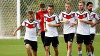 Matthias Ginter (třetí zprava) bude od nové sezóny působit v Dortmundu.