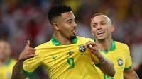 Gabriel Jesus oslavuje druhý gól Brazilců proti Peru.