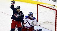 Kapitán hokejistů Columbusu Nich Foligno oslavuje gól spoluhráče Arťoma Panarina do sítě bezmocného brankáře NY Rangers Henrika Lundqista.