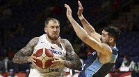 Český basketbalista Patrik Auda v souboji s Mathiasem Calfinim z Uruguaye v duelu olympijské kvalifikace.