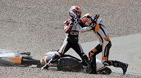 Nizozemští motocyklisté Bryan Schouten (vlevo) a Scott Deroue při vzájemné potyčce na Sachsenringu.