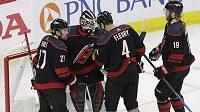 Hokejisté Caroliny se radují ze třetí výhry nad New Yorkem Islanders.