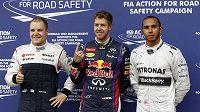 Pilot Red Bullu Sebastian Vettel (uprostřed) vyhrál kvalifikaci na GP Kanady vozů formule 1. Druhý skončil Lewis Hamilton (vpravo) z Mercedesu, třetí Valtteri Bottas z týmu Williams.
