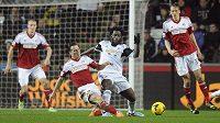 Bony Wilfried ze Swansea (v bílém) bojuje o míč se Scottem Parkerem z Fulhamu.