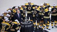 Hokejisté Bostonu se po vyřazení Pittsburghu fotí s Prince of Wales Trophy pro vítěze Východní konference