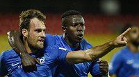 Hráči Liberce se radují z gólu proti FK Riteriai. Zleva autor branky Michael Rabušic a Mohamed Tijani.