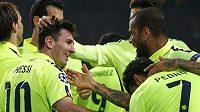 Argentinský kanonýr Lionel Messi (vlevo) se raduje se svými spoluhráči z Barcelony z vyrovnání střeleckého rekordu Ligy mistrů i vítězství nad Ajaxem.