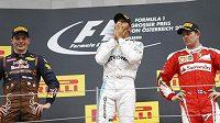 Tři nejlepší z GP Rakouska (zleva) stříbrný Nizozemec Max Verstappen, vítěz Lewis Hamilton z Británie a třetí Fin Kimi Räikkönen. Na lídra šampionátu Nica Rosberga místo nezbylo.