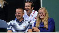 Radek Štěpánek (uprostřed) a Petra Kvitová sledují druhé utkání semifinále Davis Cupu mezi Českou republikou a Argentinou.
