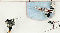Právě tento zákrok Bradena Holtbyho proti Alexi Tuchovi byl vyhlášen tím nejlepším v NHL za uplynulou dekádu.
