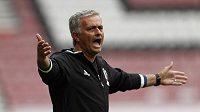 José Mourinho při premiéře na lavičce Manchesteru United proti Wiganu.