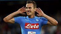 Arkadiusz Milik z Neapole oslavuje svůj gól v ligovém duelu proti Boloni.
