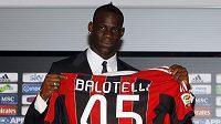 Balotelli se pyšní se svou novou chloubou.