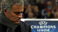 Zachmuřený José Mourinho, kouč fotbalistů londýnské Chelsea.