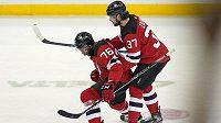 Hokejista New Jersey Devils P.K. Subban (76) oslavuje s Pavlem Zachou gól v prodloužení utkání s NY Islanders. Branka ale nakonec neplatila a Ďáblové zápas v nájezdech prohráli.