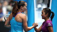 Japonská tenistka Kurumi Nara (vpravo) gratuluje Jeleně Jankovičové k postupu.