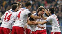 Petr Jiráček (druhý zprava vpředu) přijímá gratulace od spoluhráčů z Hamburku poté, co se trefil proti Dortmundu. Zleva Milan Badelj a Heiko Westermann, vpravo Hakan Calhanoglu.
