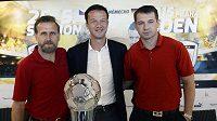 Zleva Karel Poborský, německý hráč Fredi Bobic a Pavel Kuka vystoupili 18. května na tiskové konferenci ve Vysokém Újezdu před zápasem fotbalistů nad 35 let ČR - Německo, jehož hlavními aktéry budou finalisté mistrovství Evropy 1996.