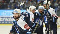 Hokejisté Plzně se radují poté, co vyhráli druhý zápas čtvrtfinálové série proti Olomouci.